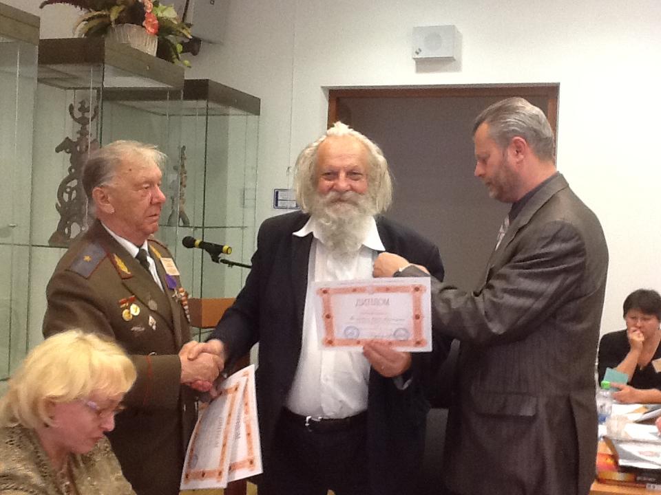 Президент РНАН Пётр Иванков вручает награду Юрию Галушкину на 21 конференции