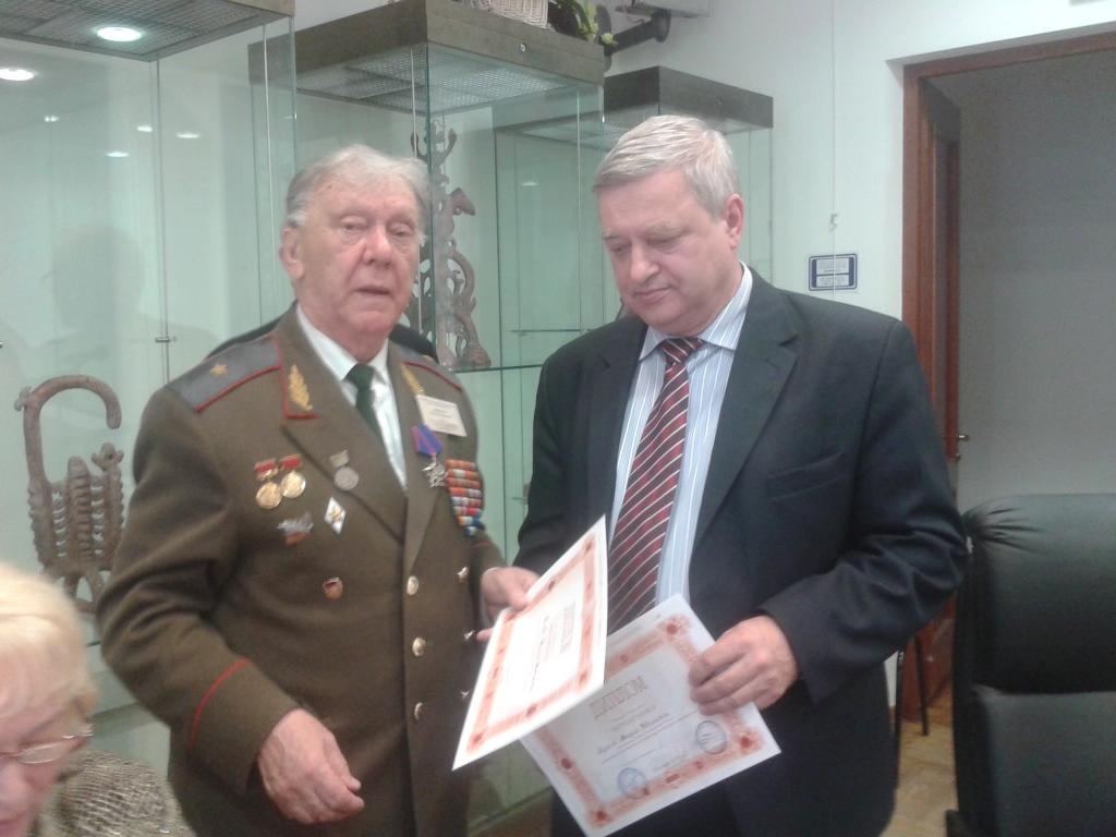 Президент РНАН Пётр Иванков вручает награду Андрею Лумпову на 21 конференции